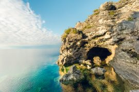 Hiking near Toronto: the Grotto trail, with majestic yellow cliffs and turquoise lake water, is one of the most beautiful hikes near Toronto