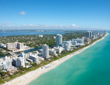 Beautiful blue waters and sandy beaches make urban living and outdoor activities easy and fun, like kayaking in Miami!